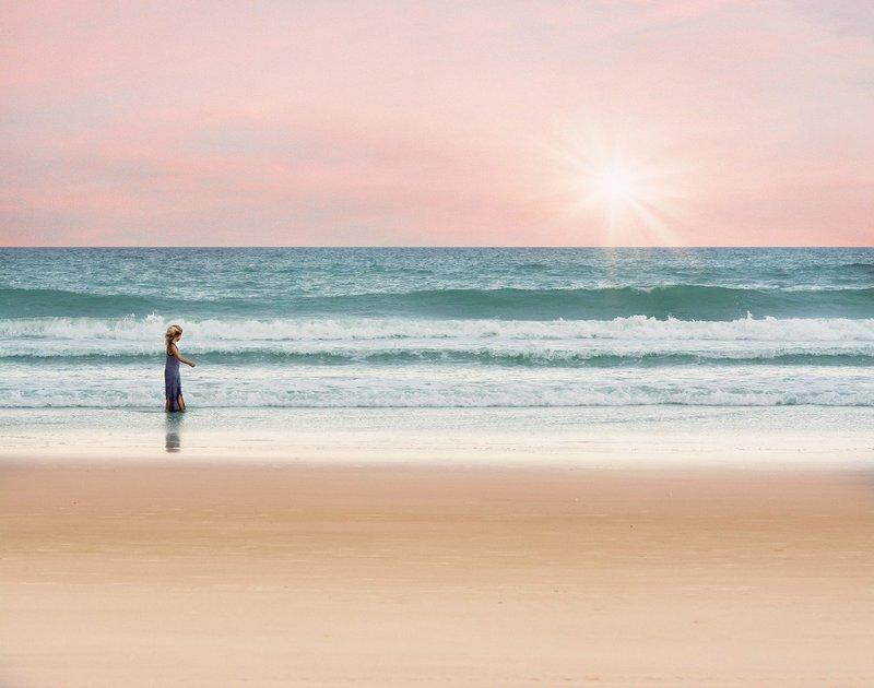Kobieta spacerująca plażą