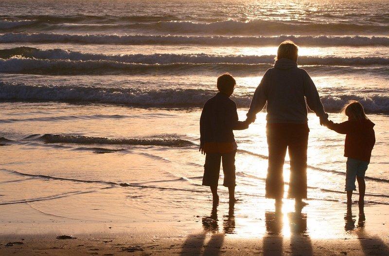 Mama i dzieci na plaży