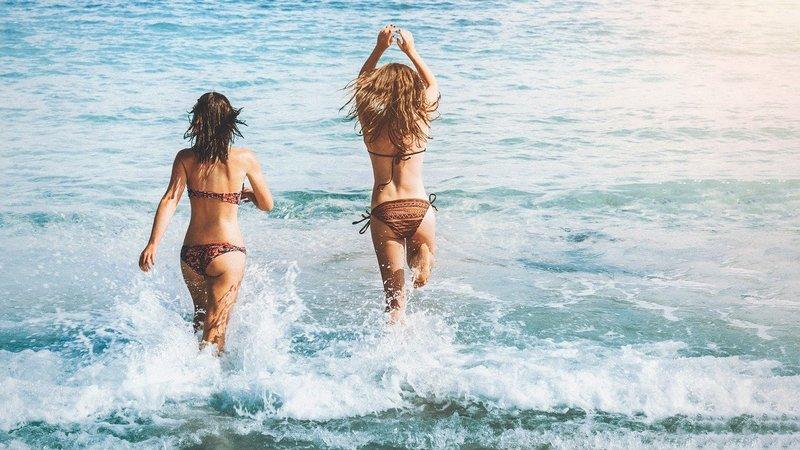 Kobiety podczas kąpieli w morzu